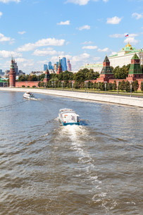 boat in Moskva River, Kremlin, Moscow Cityの写真素材 [FYI00778143]