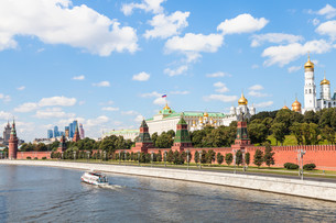 Moscow Kremlin and embankment along Moskva Riverの写真素材 [FYI00778147]