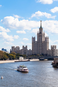 boat in Moskva river and tall building in Moscowの写真素材 [FYI00778158]