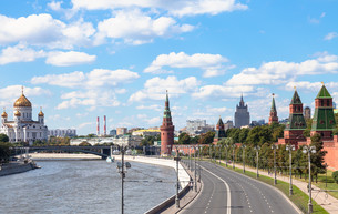 The Kremlin Embankment of Moskva River in summerの写真素材 [FYI00778177]