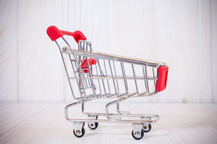 Side view of empty shopping cartの写真素材 [FYI00778233]