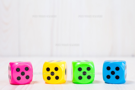 Four  dice on the wooden backgroundの素材 [FYI00778236]