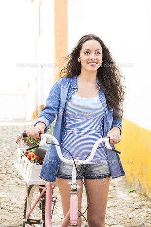Happy girl riding a bicycleの素材 [FYI00778304]