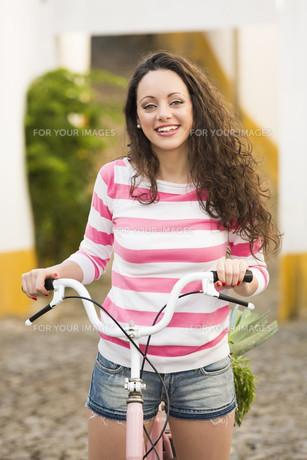 Happy girl riding a bicycleの素材 [FYI00778342]