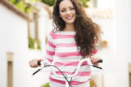 Happy girl riding a bicycleの素材 [FYI00778358]