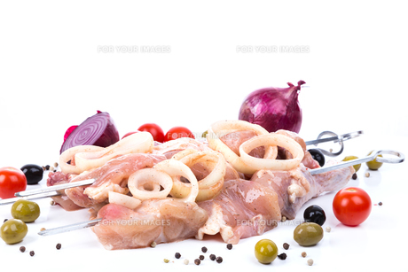 uncooked raw piece of chicken on skewersの写真素材 [FYI00778388]
