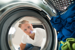 Portrait Of Man View From Inside The Washing Machineの写真素材 [FYI00778417]