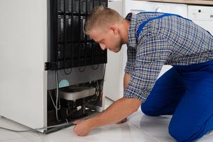 Repairman Making Refrigerator Applianceの写真素材 [FYI00778429]