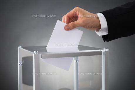 Businessperson Putting Ballot In Boxの素材 [FYI00778451]