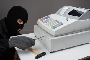 Thief Opening Cash Register Drawerの写真素材 [FYI00778453]
