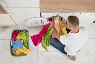 Man Using Washing Machineの写真素材 [FYI00778483]