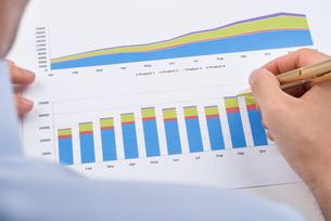 Businessperson Analyzing Graphsの写真素材 [FYI00778490]