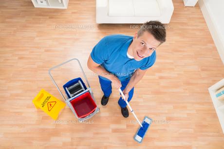 Worker Mopping Wooden Floorの写真素材 [FYI00778500]