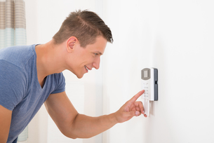Man Entering Code In Door Security Systemの写真素材 [FYI00778507]