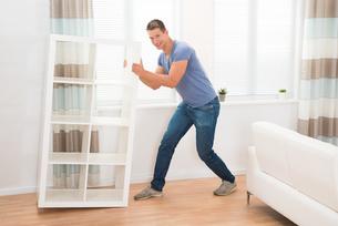 Young Man Moving Shelfの写真素材 [FYI00778508]