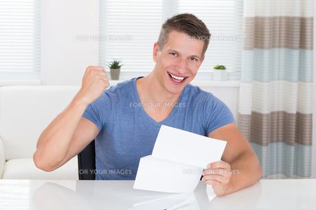 Man With Document At Deskの写真素材 [FYI00778522]