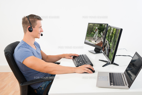 Man Playing Game On Computerの写真素材 [FYI00778535]