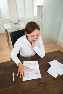 Businesswoman With Document In Officeの写真素材 [FYI00778552]