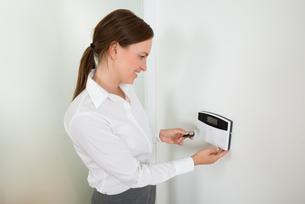 Businesswoman Operating Door Security Systemの写真素材 [FYI00778592]