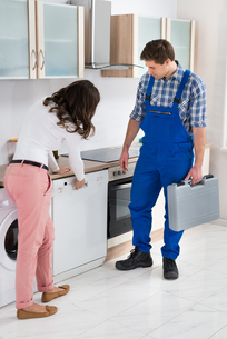 Woman Showing Dishwasher To Workerの写真素材 [FYI00778622]