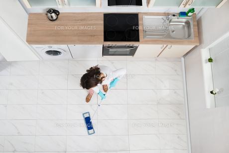 Woman Mopping Floorの写真素材 [FYI00778624]