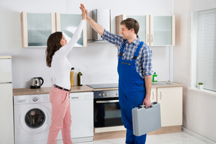 Woman Giving High Five To Repairmanの写真素材 [FYI00778658]