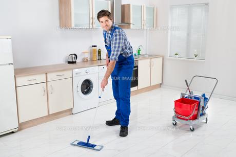 Worker Mopping Floorの写真素材 [FYI00778666]