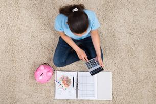 Woman Calculating Budgetの写真素材 [FYI00778679]