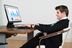 Businessman Analyzing Graph On Computerの写真素材 [FYI00778682]