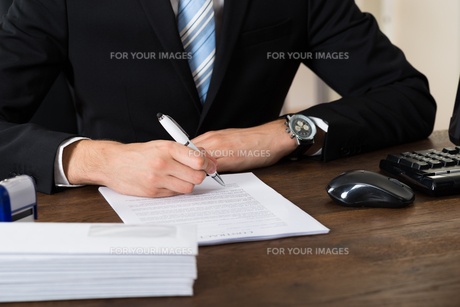 Businessman Signing Contract Paperの写真素材 [FYI00778685]