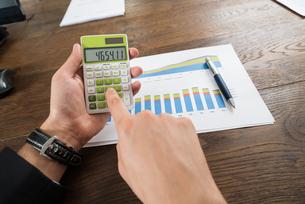 Businessperson Analyzing Statistical Dataの写真素材 [FYI00778706]
