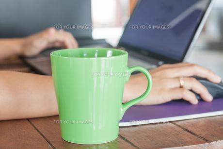 Coffee mug in coffee shopの写真素材 [FYI00778739]