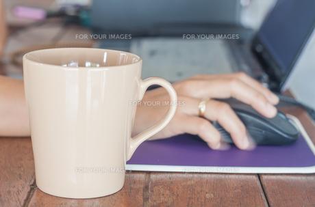 Coffee mug in coffee shopの写真素材 [FYI00778752]