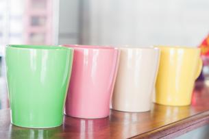 Coffee mug in coffee shopの写真素材 [FYI00778768]