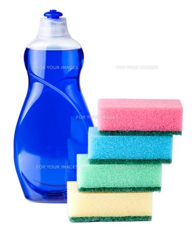 dishwashing liquid blue with sponges on white backgroundの写真素材 [FYI00778811]