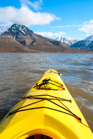Kayaking on the sea in Svalbard, first person viewの素材 [FYI00778826]