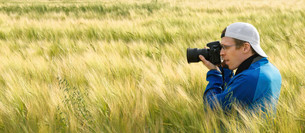 photographer in a field of barleyの写真素材 [FYI00778829]