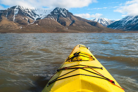 Kayaking on the sea in Svalbard, first person viewの素材 [FYI00778832]