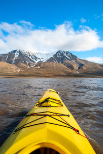 Kayaking on the sea in Svalbard, first person viewの素材 [FYI00778838]