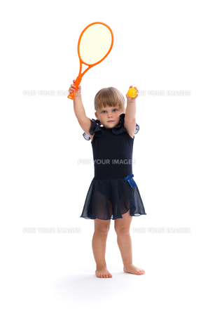 little girl playing tennisの素材 [FYI00778846]