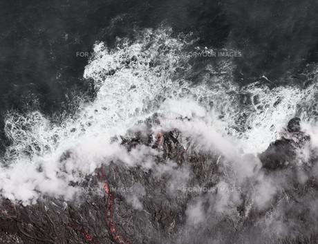 Kilauea lava enters the ocean, expanding coastline.  Kilauea Volcano, Hawaii.の写真素材 [FYI00778888]