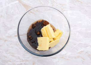 Maple syrup, butter and dark soft sugar in a glass bowlの写真素材 [FYI00779144]