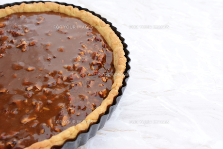 Pastry case filled with nutty pecan pie fillingの写真素材 [FYI00779155]