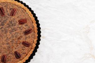 Freshly baked pecan pie in the baking tinの写真素材 [FYI00779156]