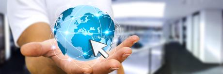 Businessman surfing on internetの写真素材 [FYI00779323]