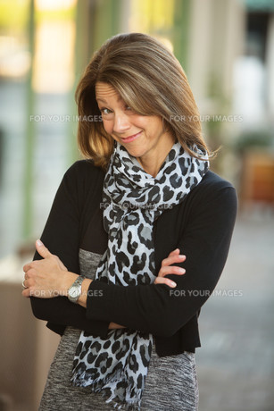 Grinning Business Woman Outdoorsの写真素材 [FYI00779402]