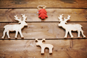 Wooden Christmas deersの写真素材 [FYI00779544]