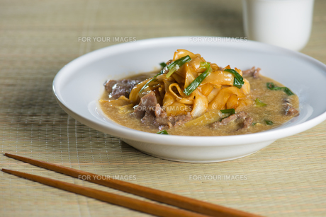 wat tan hor, popular cantonese fried noodle in south east asiaの写真素材 [FYI00779606]