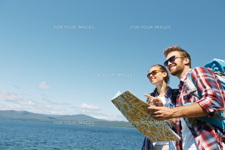 Hikers with mapの写真素材 [FYI00779636]
