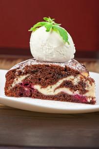 chocolate cake with jam ice creamの写真素材 [FYI00779865]